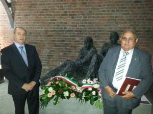 Caruso e Scandereberg davanti al Monumento ai Minatori.
