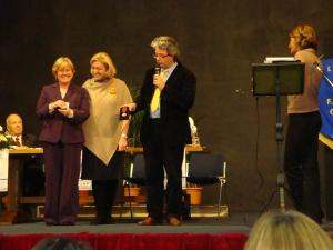 La Presidente del Premio riceve la medaglia del CTIM alla presenza del Sindaco Fantoni